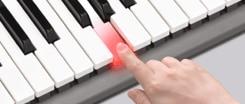 3 Adımlı Ders ile klavyede çalmayı kendi istediğiniz hızda öğrenmek için klavye ışıklarını izleyin.